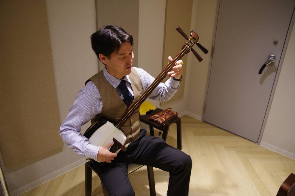 まずは山田先生が三味線を演奏して見せてくれました