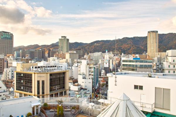 大丸神戸店の屋上からEYSミュージックスクールの三宮スタジオが見えます