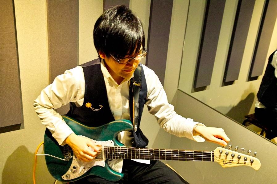 私物のエレキギターで調律しながら演奏してくれた吉田先生