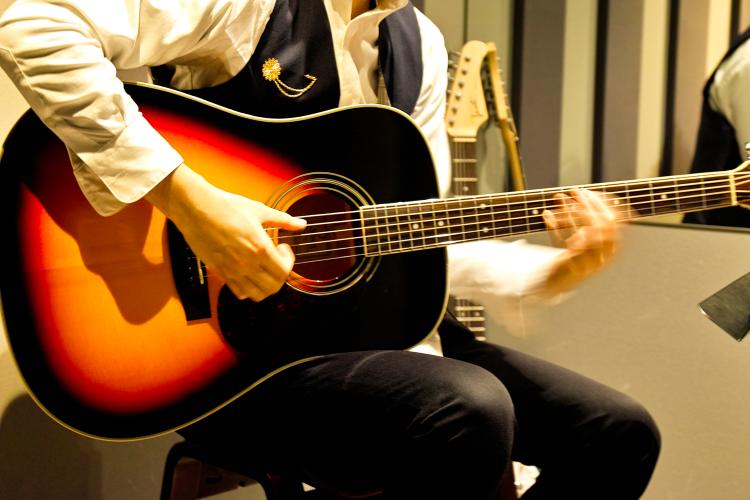 練習で使うアコースティックギター