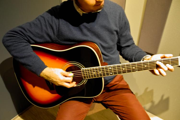 アコースティックギターを持ってみます