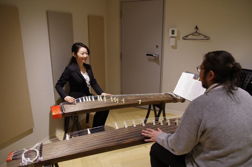 EYS音楽教室の筝(琴)体験レッスンの様子