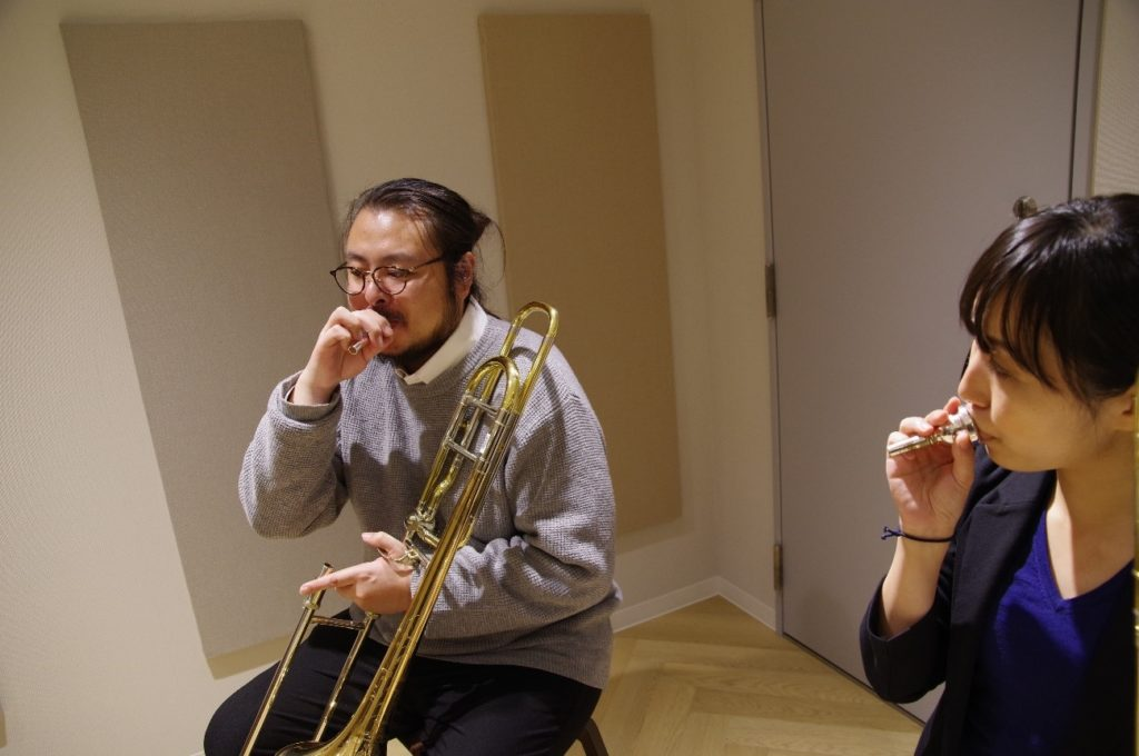 トロンボーンレッスンの様子。次はマウスピースを使って吹き方の練習