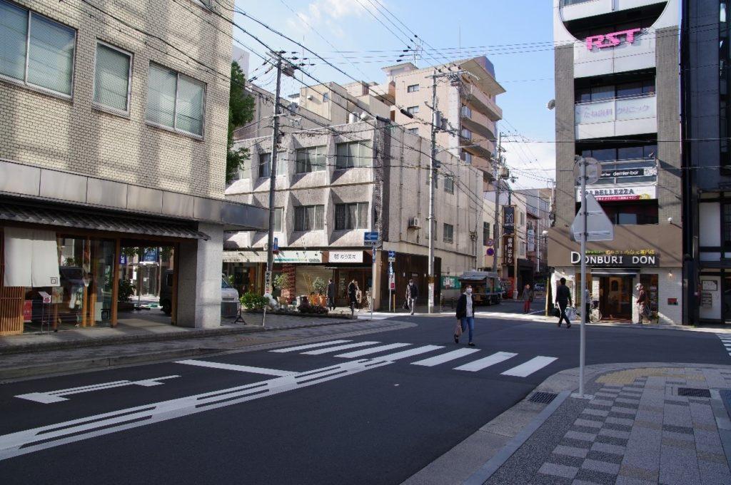 京都教室近くの交差点。左折します。