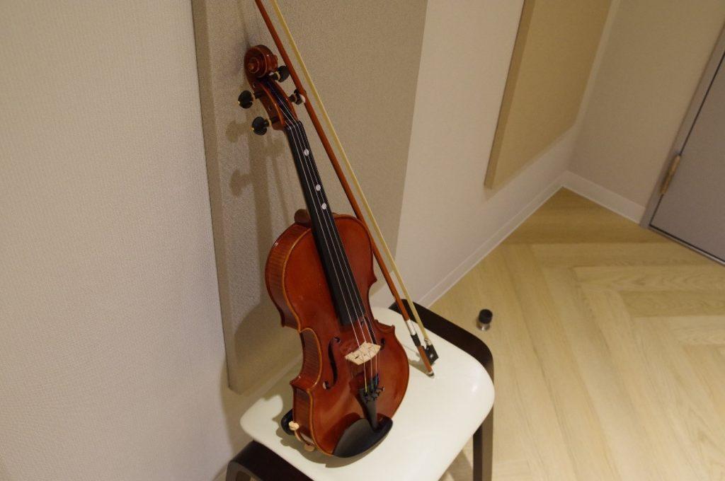 教室に立てかけてあるバイオリン(ヴァイオリン)