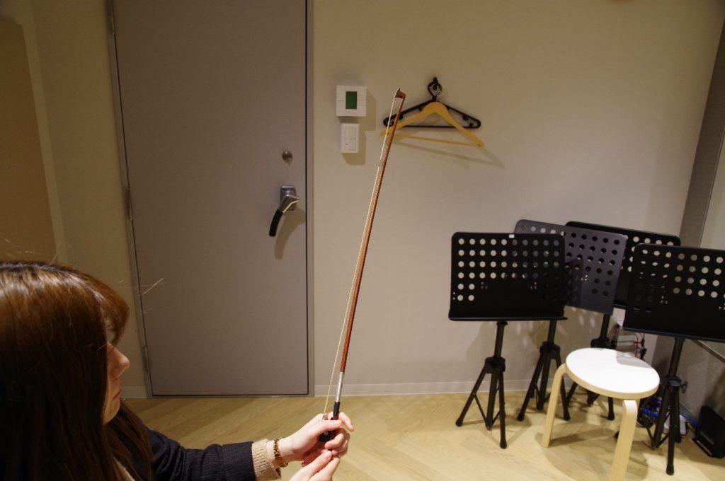 バイオリンの弓の調整(ゆるんだ状態)
