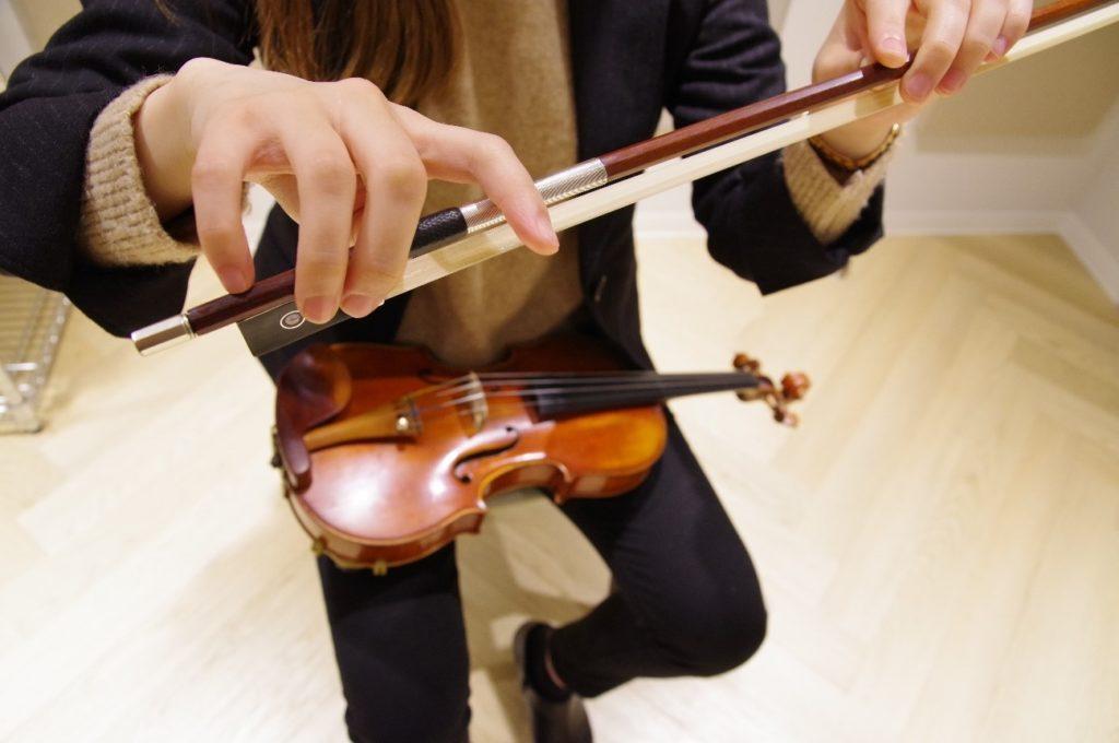 バイオリンの弓の持ち方