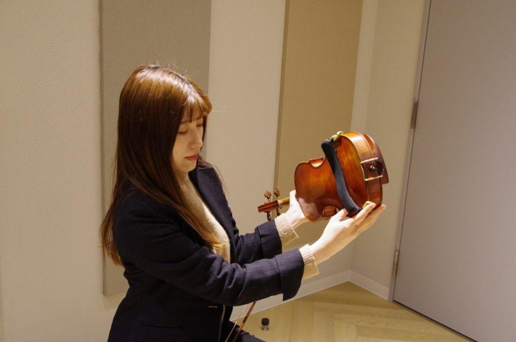 バイオリン本体の持ち方