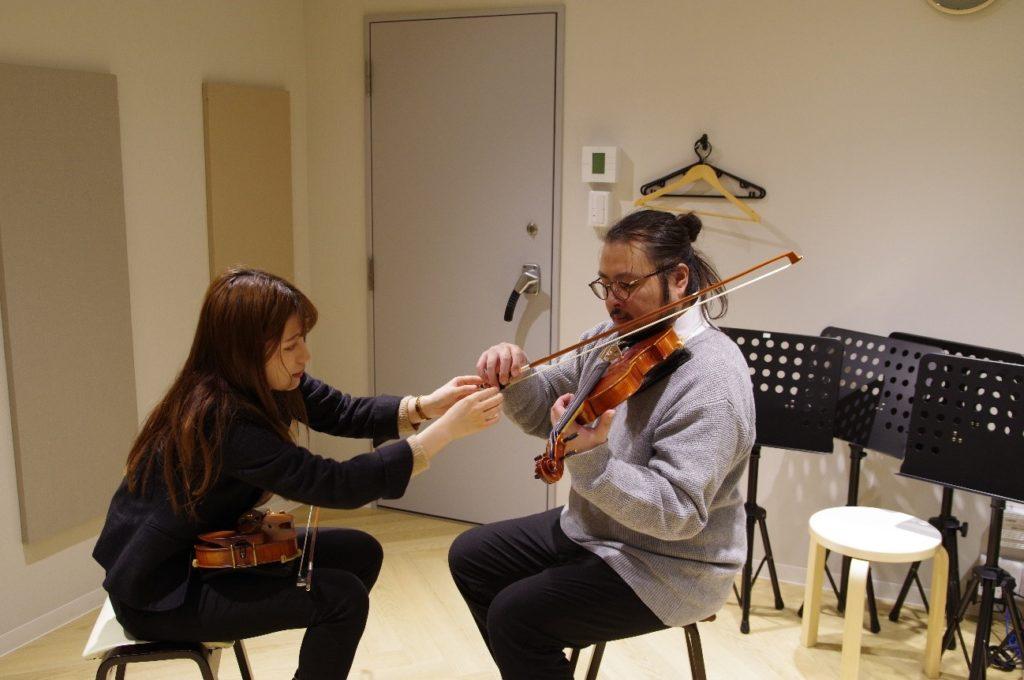 先生に弓を持ってもらいながらバイオリンの音を出します
