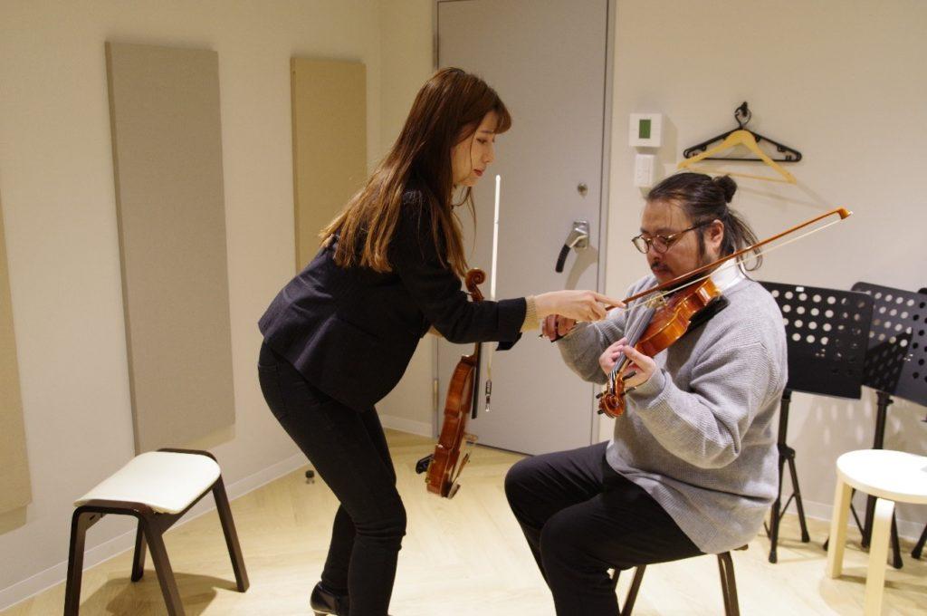先生が手取り足取りバイオリンの弾き方を教えてくれます