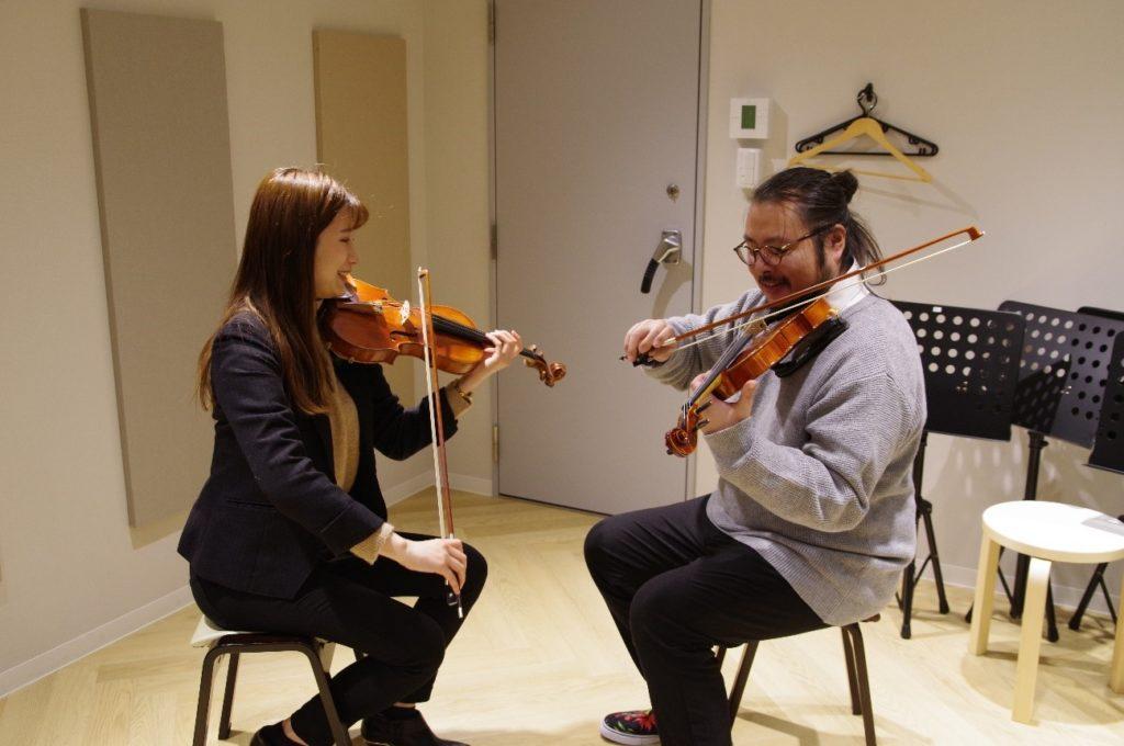 先生と一緒にバイオリンの音を出していきます