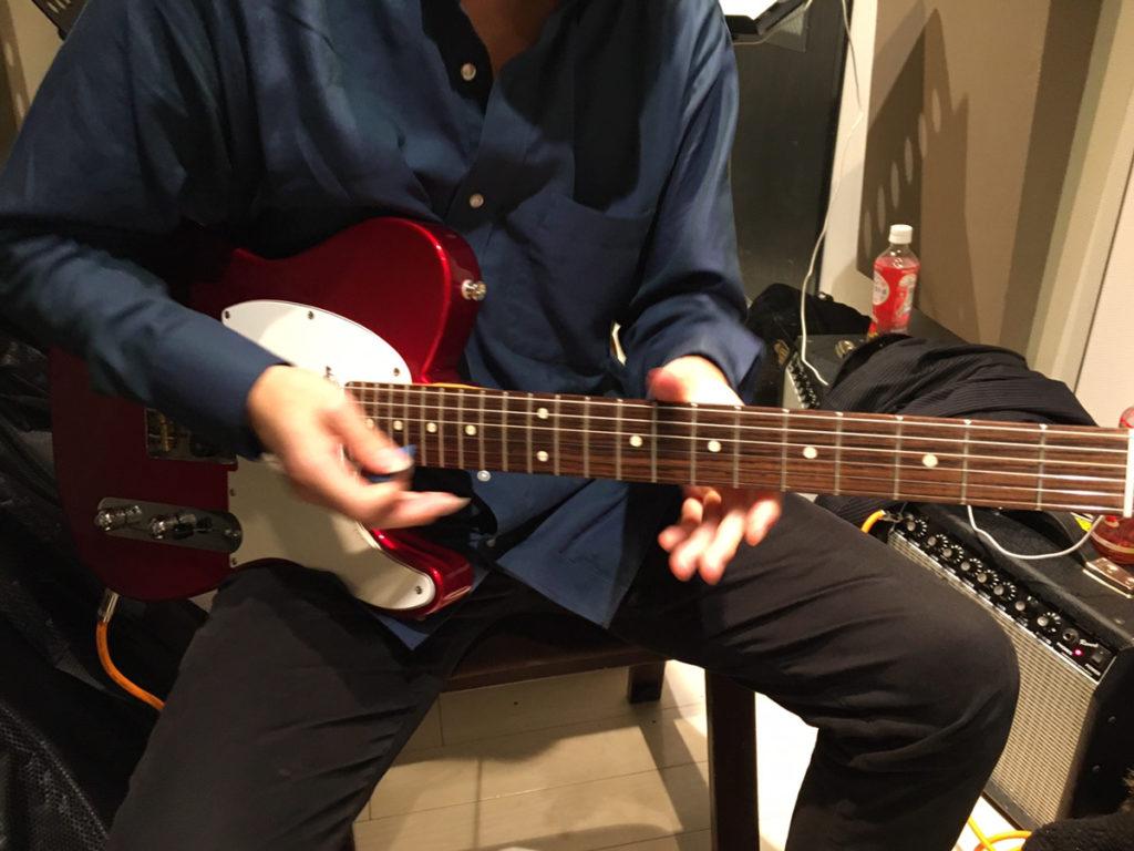 中野先生がエレキギターを弾く姿
