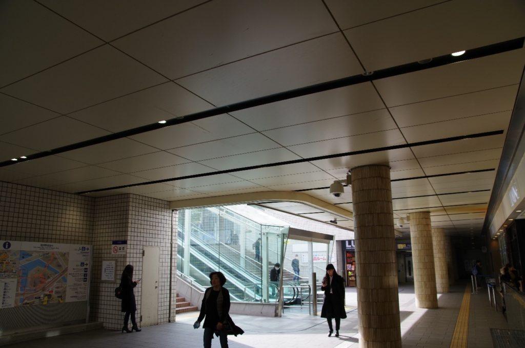 横浜駅東口のエスカレーター