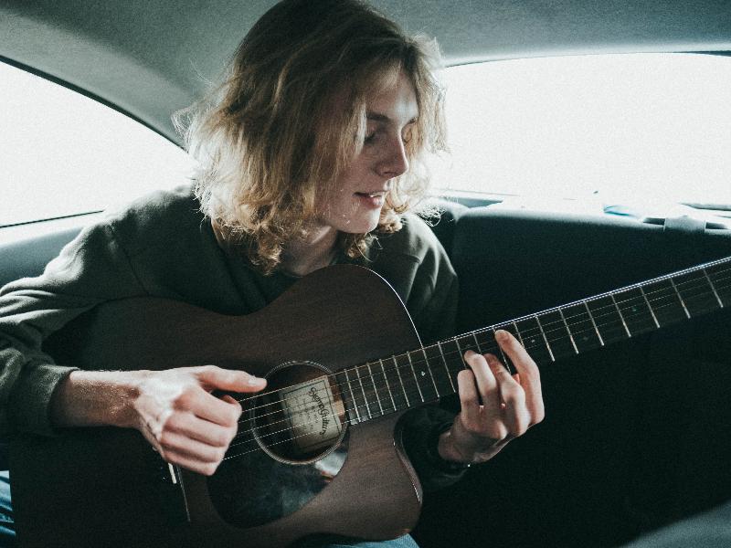 車の中で楽器を練習するひと